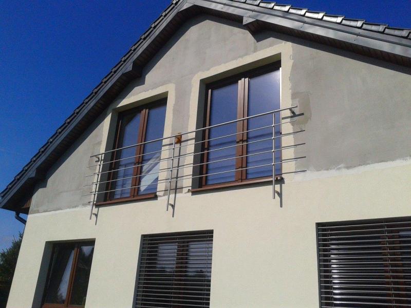 Balustrada nierdzenwa przy oknie